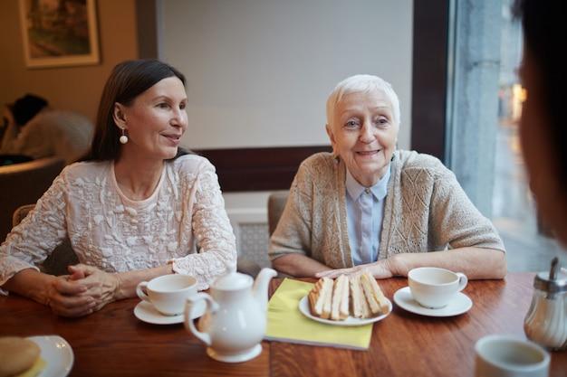 Conversando na hora do chá