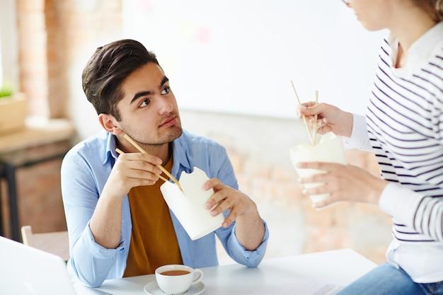 Conversando no almoço