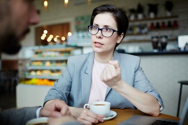 Conversando no café