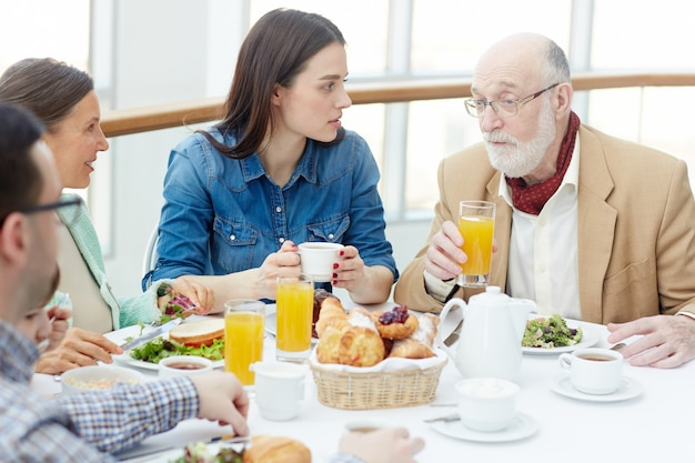 Conversar no café da manhã