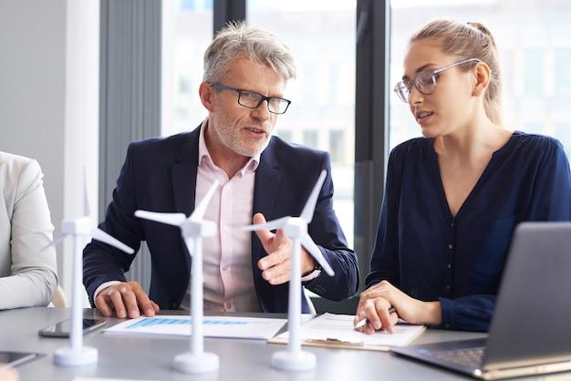 Conversas de negócios na mesa de conferência