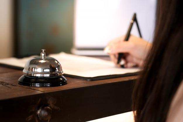 Convidado da mulher na recepção do hotel que registra dentro