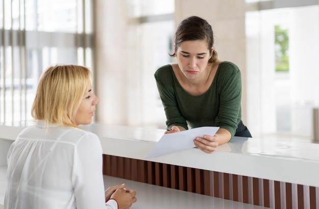 Convidado feminino confuso tendo problemas
