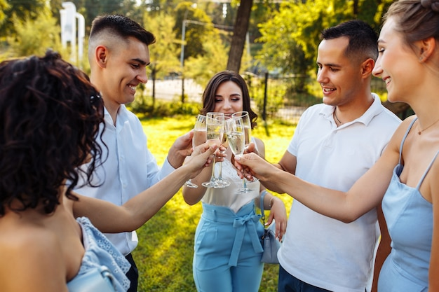 Convidados do casamento tilintando de copos. convidados brindando e torcendo em uma celebração elegante.