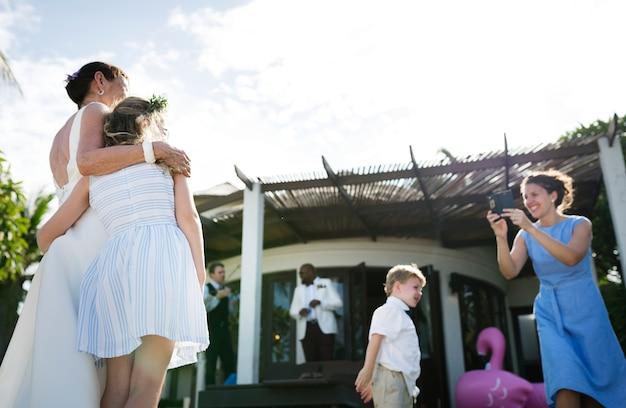 Convidados tirando fotos com a noiva