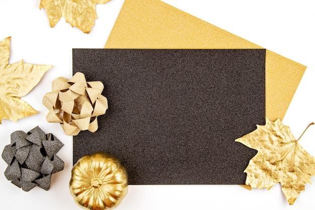 Convite de cartão com objetos dourados de abóbora e festa
