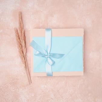 Convite de casamento com envelope azul