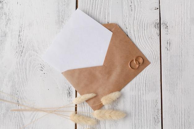 Convite de casamento com envelope branco