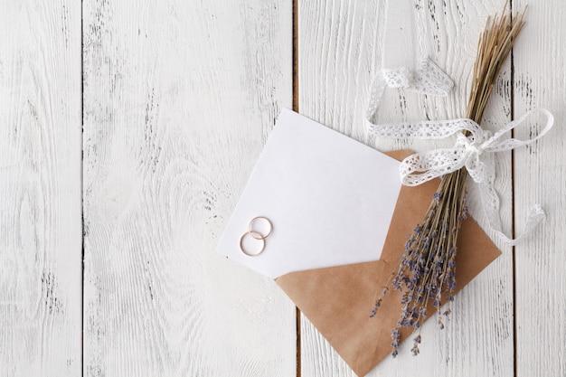 Convite de casamento com envelope em branco. visão aérea.