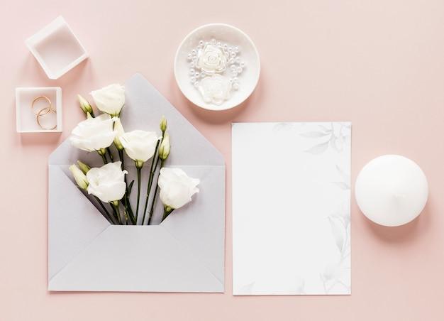 Convite de casamento com flores desabrochando