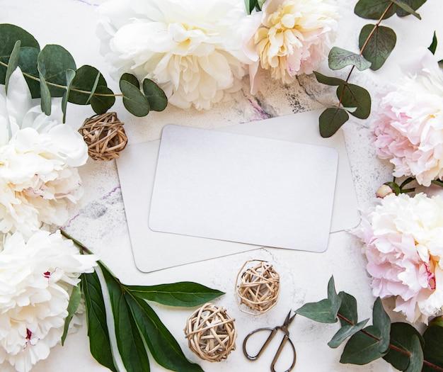 Convite de casamento com peônias rosa