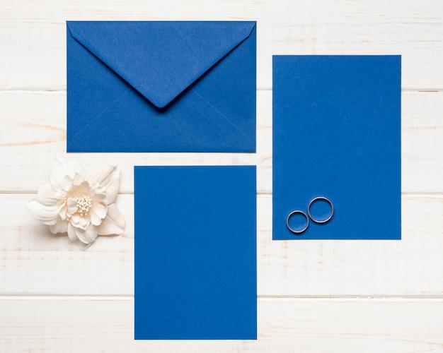 Convite de casamento elegante com anéis de noivado