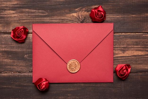 Convite de casamento elegante em cima da mesa