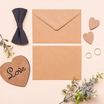 Convite de casamento vista superior com gravata borboleta em cima da mesa