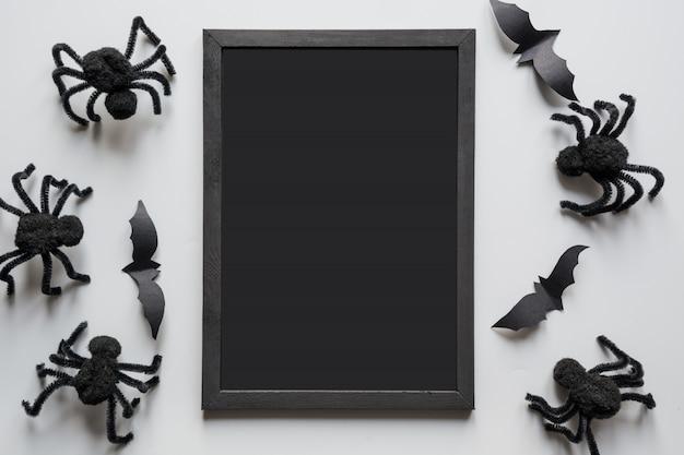 Convite de halloween com aranhas negras em cinza