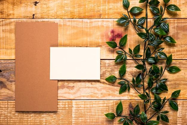 Convite em branco na mesa de madeira