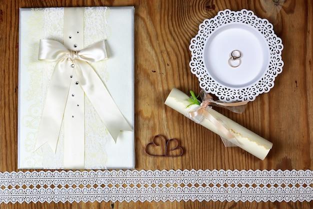 Convite para aliança de casamento em fundo de madeira