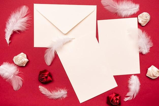 Convites de casamento elegante em cima da mesa