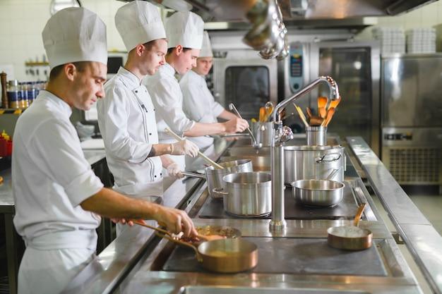Cook cozinha em um restaurante.