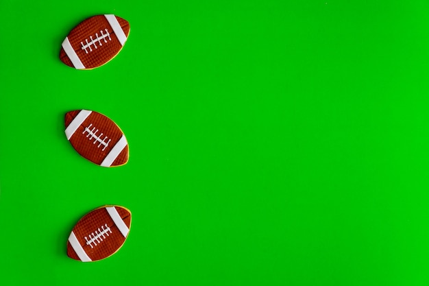 Cookie como uma bola de futebol americano isolada sobre fundo verde. vista do topo.