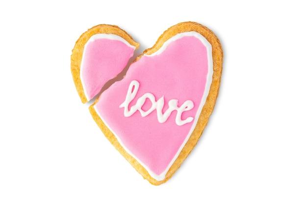 Cookie de coração partido com o texto amor isolado no fundo branco