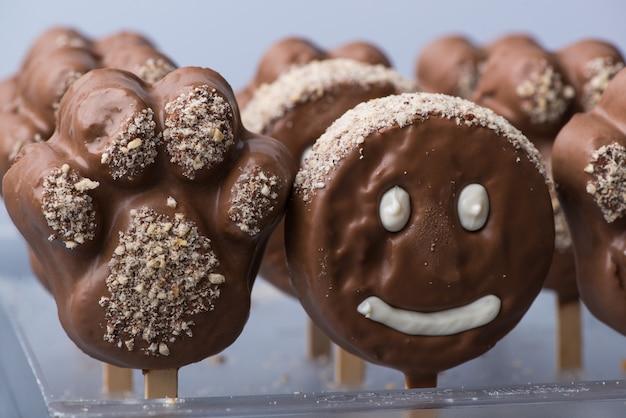 Cookie de rosto sorridente com formato de rosto de chocolate