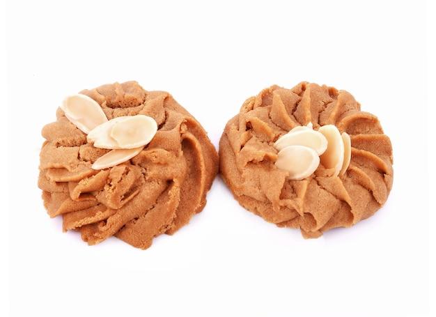 Cookies, café de amêndoa em fundo branco