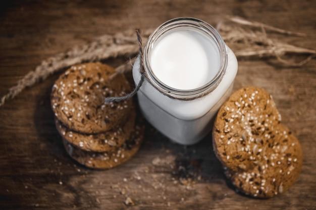 Cookies caseiros de manteiga de amendoim na tábua de cortar. cookies caseiros de manteiga de amendoim na tábua de cortar. vista do topo