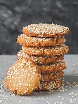 Cookies caseiros de sementes de gergelim e tahine recém-assados