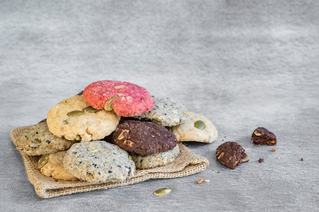 Cookies coloridos na mesa comida e lanche pano de fundo