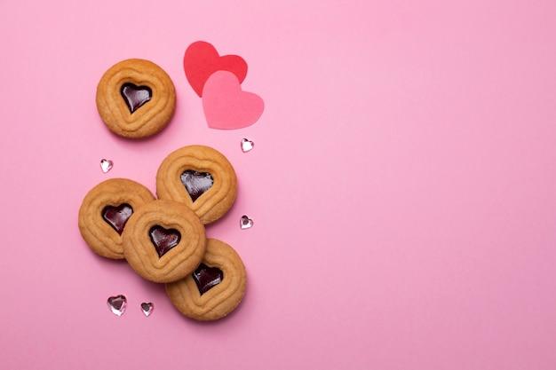 Cookies com corações na superfície rosa