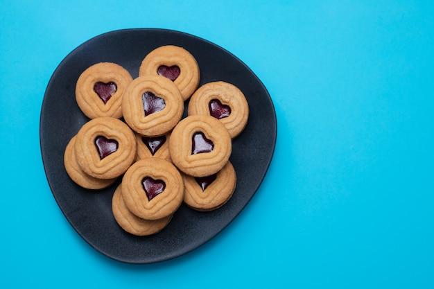 Cookies com corações no prato escuro