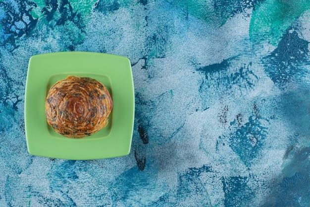 Cookies com gotas de chocolate num prato, na mesa de mármore.