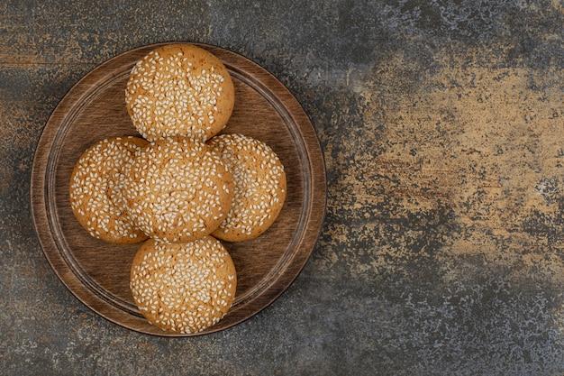Cookies com sementes de gergelim na placa de madeira.