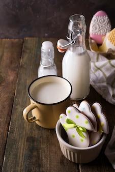 Cookies dadas forma coelho de easter com leite. decorado com cobertura de fondant.