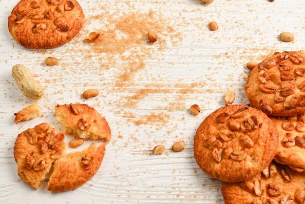 Cookies de amendoim na mesa de madeira com açúcar.