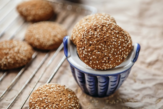 Cookies de aveia com sementes de gergelim. biscoitos de farinha de aveia tiro closeup.