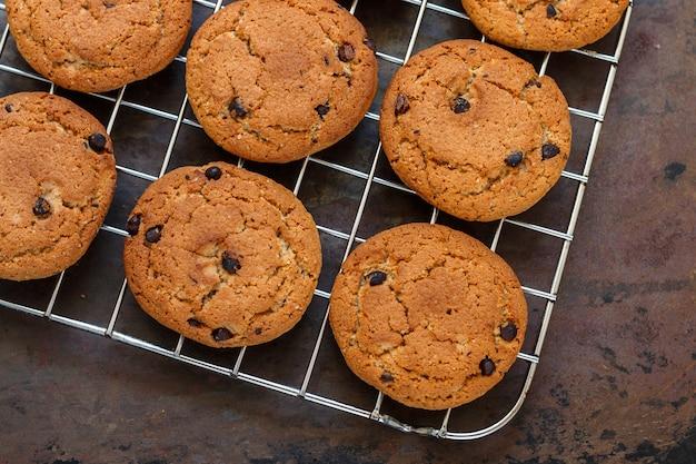 Cookies de aveia e lascas de chocolate recém-assados