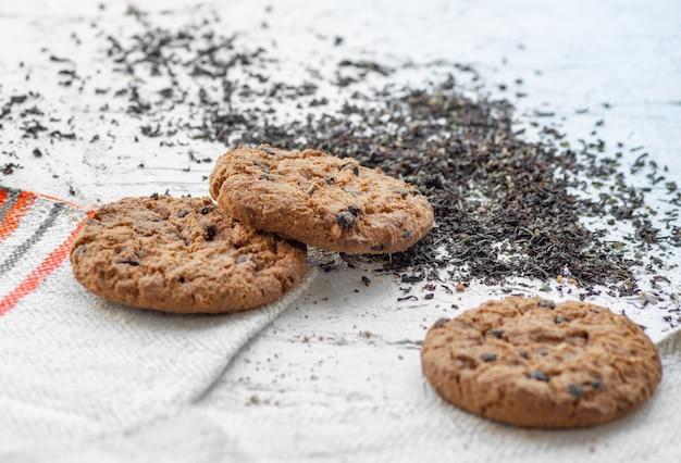 Cookies de aveia em um fundo neutro. comida útil e deliciosa