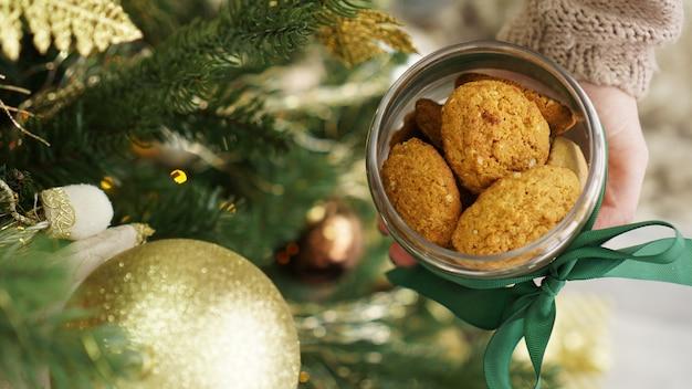 Cookies de aveia em uma jarra de vidro. no contexto da decoração de natal
