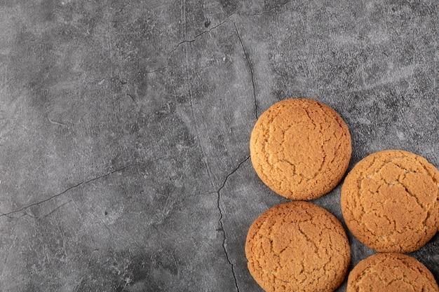 Cookies de aveia isolados em concreto cinza.