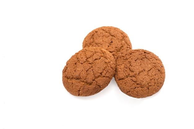 Cookies de aveia isolados em um fundo branco.