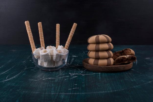 Cookies de cacau com baunilha em uma travessa de madeira com waffles de lado
