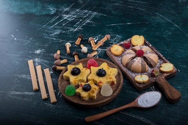 Cookies de cacau e baunilha em uma placa de madeira com biscoitos em formato de estrela à parte