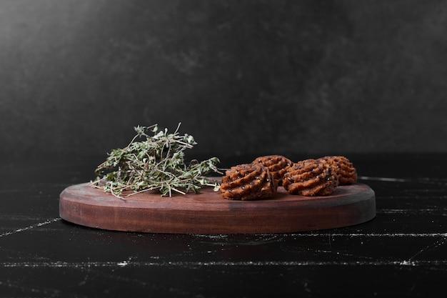 Cookies de cacau e manteiga em uma placa de madeira