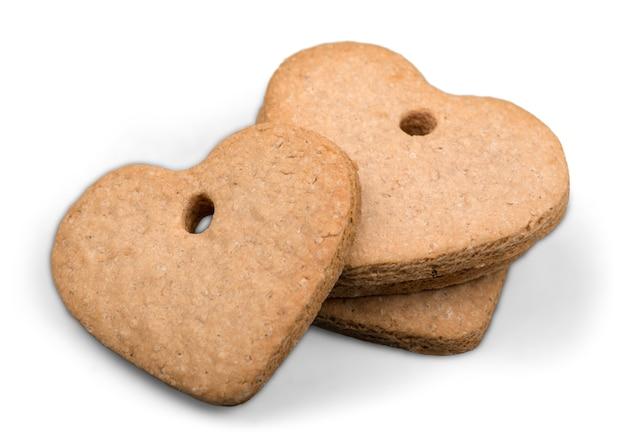 Cookies de canela em forma de coração no fundo