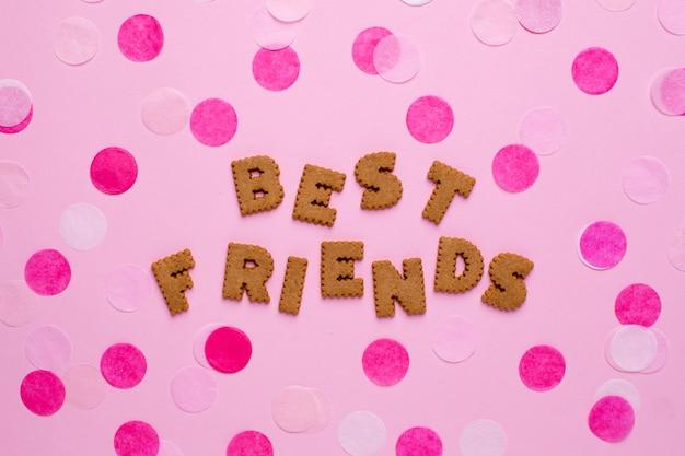 Cookies de cartas melhores amigas com confetes em rosa