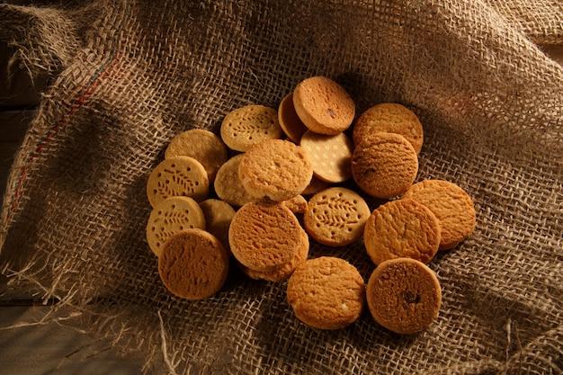 Cookies de cereais diferentes na lona