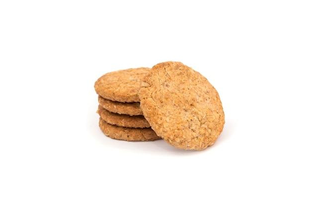 Cookies de cereais isolados no fundo branco. vista lateral