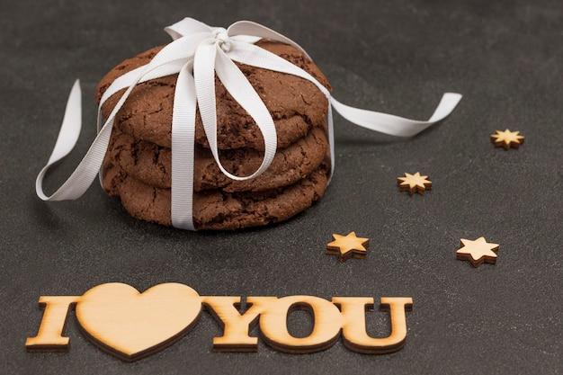 Cookies de chocolate amarrados com uma fita branca.
